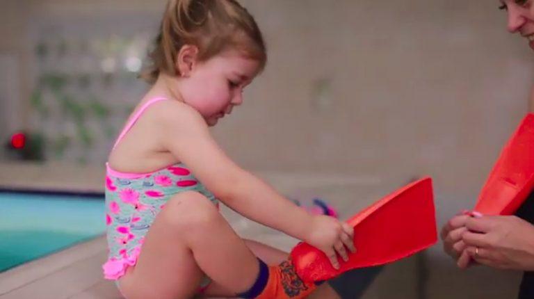 FLIPPER SwimSafe использование акваподушек, грудничковых ласт с акваносками, нарукавников для купания — видео